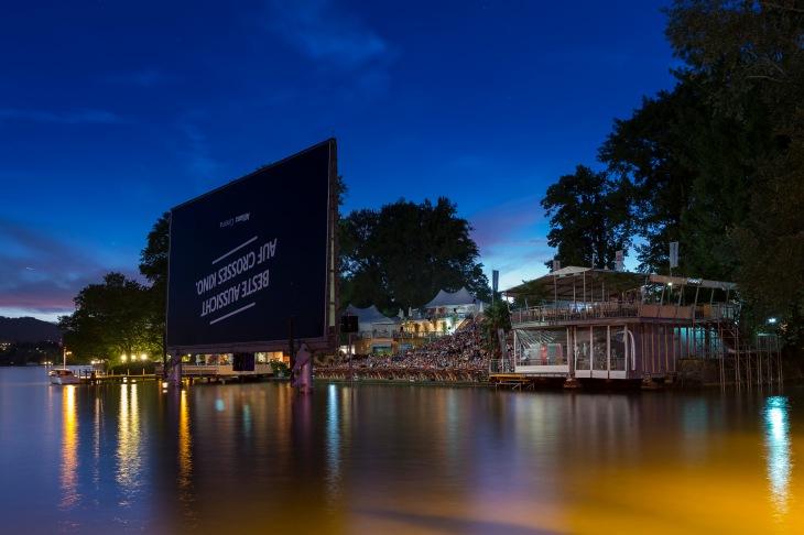 """Besucher verfolgen den Film """"A Hologram for the King"""" im Allianz Cinema, dem Openair-Kino am Zuerichhorn, am Montag, 18. Juli 2016 in Zuerich. (PPR/Dominik Baur)"""